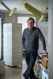 Anton Egloff mit seinem aufeinandergestapelten Werk «Storefront» in seinem Atelier. (Bild: Dominik Wunderli, Luzern, 6. Februar 2019)