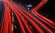 Leuchtspuren von Autos und Lastwagen in Deutschland. Bild: Julian Strateschulte / DPA