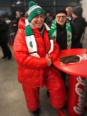 Dieser Fan hat die optimale Ausrüstung für ein Winterspiel gefunden. (Bild: Martin Oswald)