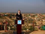 Die US-Schauspielerin und Regisseurin Angelina Jolie machte sich in einem Flüchtlingslager in Bangladesch ein Bild von der Lage der Flüchtlinge. (Bild: KEYSTONE/AP)