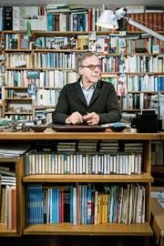 Klaus Merz mitten in seinen Büchern in seinem Haus in Unterkulm. (Bild: Sandra Ardizzone)