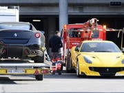 Zwei beschlagnahmte Ferrari von Teodorin Obiang am Flughafen Genf. (Bild: Keystone/LAURENT GILLIERON)