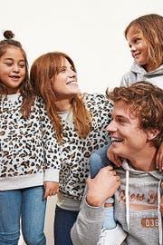 Modehändler feiern das Einheitstenu für Familien.