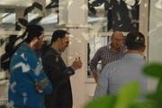 Remo Rusca (2. v. l.) diskutiert mit einigen Workshop-Teilnehmern über die Vor- und Nachteile von Coworking-Spaces. (Bilder: Tobias Söldi)