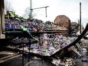 In Deutschland sind zwei Wagen eines Güterzugs durch ein Feuer völlig stark beschädigt worden. (Bild: KEYSTONE/EPA/THOMAS BANNEYER)