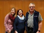 Von rechts: Präsident Josef Kempf gratuliert den neuen Freimitgliedern Doris Zberg und Sonja Gerig. (Bild: PD)