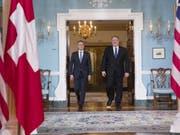Aussenminister Cassis vor dem Gespräch mit seinem US-Amtskollegen Mike Pompeo im Aussenministerium in Washington. (Bild: Keystone/AP/ALEX BRANDON)