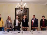 Die Präsidentin der Baselstädter LDP, Patricia von Falkenstein (3. von rechts), will in den Ständerat. Hinter ihr stehen LDP, FDP, CVP, GLP, EVP und BDP. Im Bild von links Hubert Ackermann (BDP), Katja Christ (GLP), Luca Urgese (FDP), von Falkenstein, Balz Herter (CVP) und Brigitte Gysin (EVP). (Bild: KEYSTONE/GEORGIOS KEFALAS)
