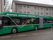 Der erste Elektro-Gelenkbus der Basler Verkehrs-Betriebe (BVB) wird ab Freitag im regulären Fahrgastbetrieb eingesetzt. Ab 2027 sollen auf dem Netz der BVB nur noch Elektrobusse verkehren. (KEYSTONE/Georgios Kefalas) (Bild: KEYSTONE/GEORGIOS KEFALAS)