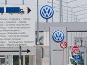 Der Autohersteller Volkswagen hat schon 28 Milliarden Euro für die Bewältigung des Abgas-Skandals aufbringen müssen. (Bild: KEYSTONE/EPA DPA/JULIAN STRATENSCHULTE)
