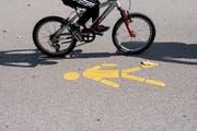 Velofahrer dürfen heute grundsätzlich nicht auf dem Trottoir fahren. (Bild: Ennio Leanza / Keystone)
