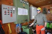 Der Lift musste abgestellt werden. Thomas Brülisauer dreht am Rad, drückt auf einen Knopf und setzt ihn wieder in Betrieb.