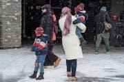 Bei winterlichen Verhältnissen ist eine Touristin mit ihren Kindern auf dem Weg zum Titlis. (Bild: Eveline Beerkircher (Engelberg, 28. Februar 2018))
