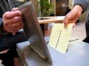 Bei den kantonalen Wahlen kam es im März 2017 zu Unregelmässigkeiten. Ein Mann hatte rund 190 Wahlzettel aus Briefkästen gefischt und gefälscht. (Bild: KEYSTONE/LAURENT GILLIERON)