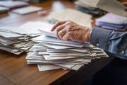 Gestern prüften die Stimmenzähler die Gültigkeit der brieflich abgegebenen Stimmen, zählen dürfen sie erst morgen. (Bild: Michel Canonica)
