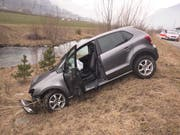 Das Auto kam nach der Kollision mit dem Kandelaber beim abfallenden Strassenbord zum Stillstand. (Bild: Kantonspolizei Uri, Erstfeld. 7, Februar 2019)