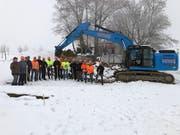 Vertreter von Gemeinden und Baufirmen beim Spatenstich. Bild: Trudi Krieg