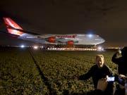 Auf dem Landweg wird eine ausgemusterte Boeing 747 zu einem Hotel in den Niederlanden geschleppt, wo sie als Attraktion dienen für die Besucher soll. (Bild: KEYSTONE/AP/PETER DEJONG)