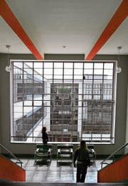 Im Bauhaus-Gebäude in Dessau gehen bis heute Studierende ein und aus. (Bild: Waltraud Grubitzsch/EPA, Alexander Becher/EPA)