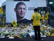 Am Freitag bestätigte die Polizei den Tod von Emiliano Sala. Fans des FC Nantes trauern um den argentinischen Fussballer (Bild: KEYSTONE/AP/THIBALT CAMUS)
