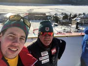 Der Berner Martin Rufener (rechts), Cheftrainer des kanadischen Skiteams, gehörte auch zu denjenigen, die den Zielsprung genauer unter die Lupe nahmen. (Bild: PD)