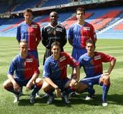 Die neuen FCB-Spieler von 2005: Damir Dzombic, Louis Crayton, Bruno Berner (hinten von links) und Ivan Rakitic, Zdravko Kuzmanovic und Baykal Kulaksizoglu (vorne von links). (Bild: Keystone)