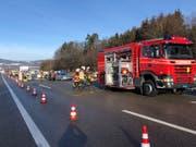 Bei einem von drei Auffahrunfällen am «Bürerstich» der Autobahn A1 bei Oberbüren SG wurde am Freitagmorgen eine Beifahrerin eines Autos tödlich verletzt. Fünf weitere Personen erlitten unbestimmte Verletzungen. (Bild: Kantonspolizei St. Gallen)