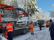 An der oberen Zwinglistrasse wird ein Auto abgeschleppt, das die Schneeräumung behinderte und dessen Halter nicht ausfindig zu machen war. (Leserbild: Paul Scheibling - 5. Februar 2019)