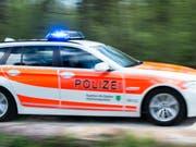 Bei einem Verkehrsunfall in Oberbüren SG ist am Freitagmorgen eine Beifahrerin eines Autos tödlich verletzt worden. (Bild: KEYSTONE/GIAN EHRENZELLER)