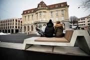 Statt wie zuvor jahrzehntelang Autos, stehen nun auf den oberen Postplatz in Zug seit kurzem Bänke. (Bild: Stefan Kaiser (8. Februar 2019))