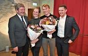 Die beiden Gewinner Anita Zumbühl und Christof Wolfisberg, flankiert von den Regierungsräten Res Schmid (links) und Christian Schäli. (Bild: Romano Cuonz (Stans, 7. Februar 2019))