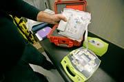 Defibrillatoren finden sich in vielen öffentlichen Gebäuden. Wie hier zum Beispiel in einer Eishalle. (Bild: Reto Martin)