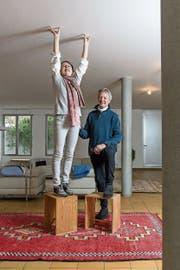 Angela Thomas und Erich Schmid wohnen im Max-Bill-Haus in Zumikon. Die Ulmer Hocker, auf denen sie stehen, sind Design-Klassiker, Max Bill hat sie für die Hochschule für Gestaltung Ulm entworfen. (Bild: Hanspeter Schiess (Zumikon, 23. Januar 2019))