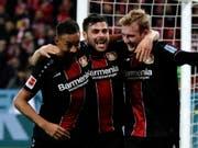 Der Leverkusener Angriff mit Karim Bellarabi, Kevin Volland und Julian Brandt (von links) zündet in Mainz ein Offensivfeuerwerk (Bild: KEYSTONE/EPA/RONALD WITTEK)