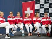 Das Schweizer Fed-Cup-Team bei der Auslosung am Freitag (Bild: KEYSTONE/ANTHONY ANEX)