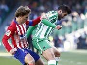 Atléticos Stürmerstar Antoine Griezmann (links) hier im Zweikampf mit Antonio Barragan von Betis Sevilla (Bild: KEYSTONE/EPA EFE/JOSE MANUEL VIDAL)