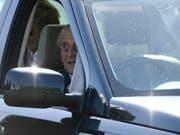 Prinz Philip wird künftig nicht mehr selber am Steuer sitzen. (Bild: KEYSTONE/EPA/NEIL HALL)