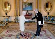 «Jedes Mal fühlt man sich dabei wie ein Schulbub»: Botschafter Alexandre Fasel wird von Queen Elizabeth II empfangen. (Bild: Gareth Fuller/AP (London, 22. November 2017))