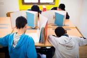 Unbegleitete minderjährige Asylsuchende schreiben eine Prüfung in einem Transitzentrum in Davos. (Bild: Gian Ehrenzeller, Keystone)