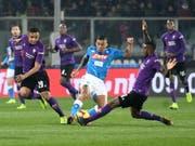Fiorentinas Gerson stellt Allan und den Neapolitanern ein Bein (Bild: KEYSTONE/EPA ANSA/CLAUDIO GIOVANNINI)