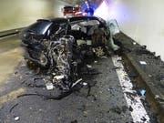 Auf der A1 sind in der Nacht auf Samstag zwei Fahrzeuge zusammengeprallt - es gab zwei Schwerverletzte. (Bild: PD Kantonspolizei Freiburg)