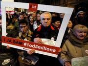 Unter dem Motto «Einer von fünf Millionen» demonstrierten am Samstag in Belgrad und anderen serbischen Städten erneut Zehntausende von Menschen gegen Präsident Aleksandar Vucic. (Bild: KEYSTONE/AP/DARKO VOJINOVIC)
