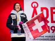 Wendy Holdener an der Medaillenzeremonie in Are mit Schweizer Fahne (Bild: KEYSTONE/JEAN-CHRISTOPHE BOTT)