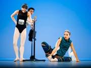 Tänzerinnen und Tänzer wärmen sich für den Wettkampf auf. Am Prix de Lausanne sind am Samstag acht junge Tänzerinnen und Tänzer ausgezeichnet worden. (Bild: KEYSTONE/VALENTIN FLAURAUD)