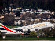 Schreckmoment für Flugpassagiere: Aus einem Airbus A380 der Fluggesellschaft Emirates ist nach der Landung in Zürich-Kloten Rauch gedrungen. Verletzt wurde niemand. (Bild: KEYSTONE/CHRISTIAN MERZ)