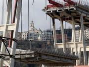 Am Samstag ist ein erstes Teilstück der eingestürzten Morandi-Brücke in Genua demontiert worden. (Bild: KEYSTONE/AP/ANTONIO CALANNI)
