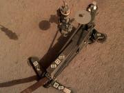 Mit tausenden Hammerschlägen gräbt der Mars-Roboter HP3 Zentimeter um Zentimeter ein Loch in den Untergrund des Roten Planeten. Ziel des Experiments ist die Messung des Wärmestroms aus dem Marsinneren. (Bild: Deutsches Zentrum für Luft- und Raumfahrt (DLR))