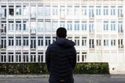 Ali J. vor dem Kirschgarten-Gymnasium in Basel. Hier hat er die Matur gemacht. Nun möchte er Pharmazie studieren. (Bild: Severin Bigler (Basel, 26. Februar 2019))