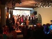Der Chor der Ehren-Födlebürger eröffnet die Fasnachtsgala vom Freitagabend im Waaghaus. (Bilder: Christoph Renn - 1. März 2019)