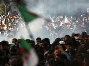 Protestierende in Algier wurden auch am Freitag wieder mit Tränengas zurückgedrängt. (Bild: KEYSTONE/AP/FATEH GUDOUM)